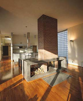 Podélný tvar objektu dovoluje bohatě prosvětlit všechny obytné místnosti.