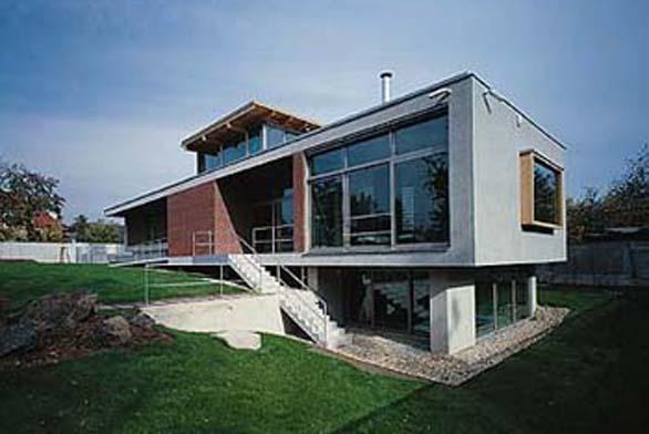 """Majitel domu si od počátku stavby přál """"solidní"""" materiály na fasádách, které by stavbě zaručily dlouhodobou kvalitu."""