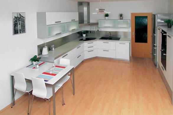 Celkový pohled na kuchyňskou sestavu Fantazia, část ústící do prostoru je zakončena bílým stolem Mella (IKEA), 1 490 Kč a židlemi Gilbert (IKEA), 998 Kč/ks.