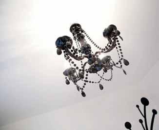 Lustr v barokním stylu prodává This&That, www.this-that.cz.