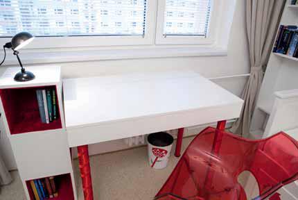 Psací stůl plní dvojí funkci – vrchní desku stolu lze používat jako klasický psací stůl, ale jakmile bude Aneta potřebovat notebook, jednoduše zvedne vrchní desku, která zároveň stíní přímému světlu z okna.
