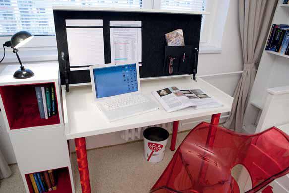 Pracovní stůl osvětluje lampička od firmy Bella Rose.