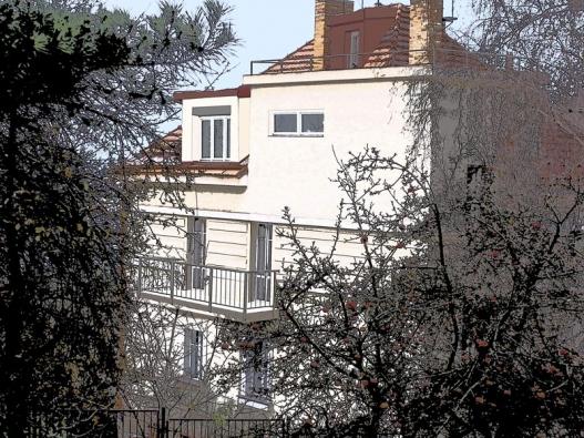 Rovná střecha nad schodištěm byla příležitostí pro vybudování terasy.