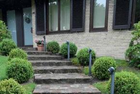 Pohodlné a bezpečné schody v zahradě