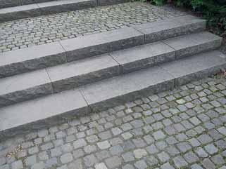Takto vypadají kvalitní schody: formátovaný štípaný a broušený kámen.