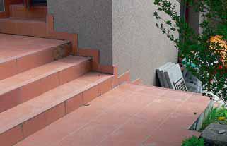 U nás stále oblíbený, ale ne příliš trvanlivý způsob: betonový základ s keramickým obkladem. Mezi hlavní nevýhody patří zejména to, že je za mokra a v zimě kluzký. Vlivem zatékání a mrazu se kachličky odlepují, a pokud nejsou velmi kvalitní, tak někdy odprýskávají.