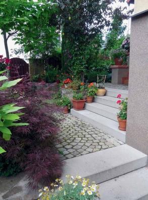 Betonové monolitické schody jsou jedním z nejlepších způsobů, jak vybudovat v zahradě kvalitní schody.