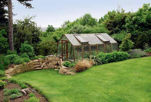 Na míru vyrobený skleník z dubového dřeva ja každý rok naplno využíván.