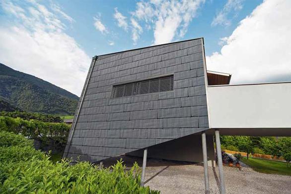 Maloformátová krytina PREFA FX.12 je unikátní díky nepravidelným povrchovým zlomům, umožňujícím vytvořit futuristický design střechy nebo fasády. Je vyrobena z hliníku tl. 0,7 mm, je velmi lehká (2,3 kg/m2), nerozbitná, tvárná, stabilní, rezuvzdorná a bezúdržbová. Pokládá se na střechu od sklonu 17 stupňů. Nabízí se v dlouhém (1 400 x 420 mm) nebo krátkém (700 x 420 mm) obdélníkovém tvaru.