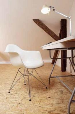 Nohy pracovního stolu původně patřily ke školní lavici, vrchní desku použila designérka z jídelního stolu.