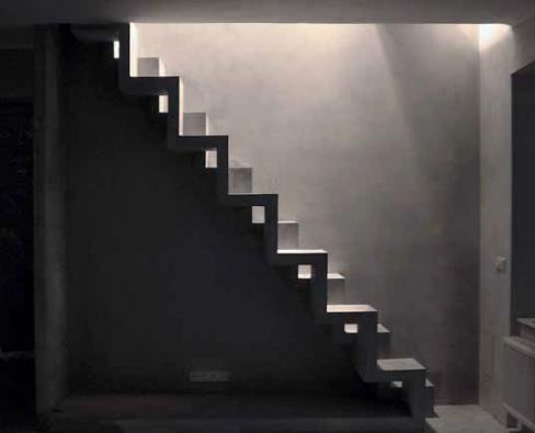 Železobetonové mlynářské schodiště (projekt Jan Novotný), odlito v jednom kuse, cementová stěrka, impregnace, cena 70 000 Kč (DNA CZ).