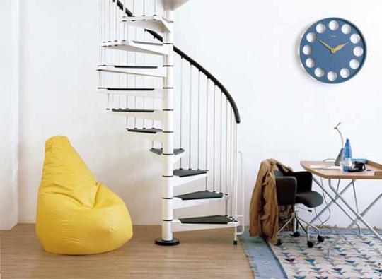 Točité schodiště Civik (Fontanot), stavebnicový formát, černobílé provedení, cena od 38 100 Kč (J. A. P.).