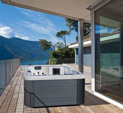 Ochlazovací bazének nebo vířivku si můžete pořídit jak do interiéru, tak třeba i na přilehlou terasu.