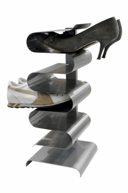 Nerezový stojan na boty (J-ME) pojme až 7 párů, rozměry 20 x 21 x 45,5 cm.