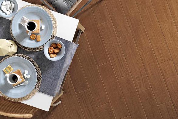 Dlažba v imitaci dřeva se vyrábí v různých barvách, série Noce (SUPERGRES), rozměry 15 x 60 cm, cena 1 290 Kč/m², IL BAGNO.