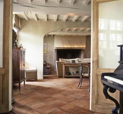 Série Colline Italiane (LEA CERAMICHE), odstín Certaldo brunito, rozměry 15 x 15 a 30 cm, 30 x 30 cm, 45 x 45 cm a 7,5 x 30 cm + mozaiky různých formátů, cena (bez DPH) od 1 410 Kč/m², CERAMICA PLUS.