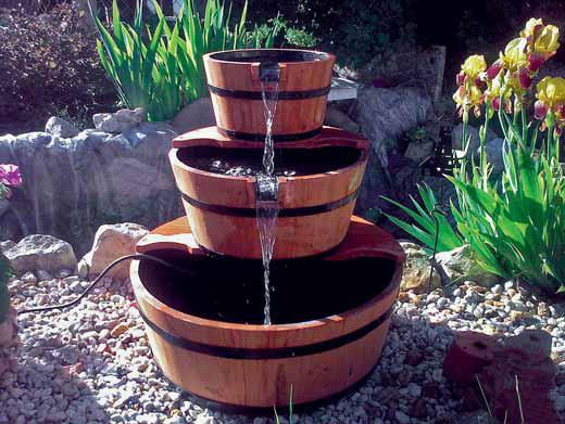 Zajímavou alternativou na pomezí lidové tvořivosti je dřevěná sudovitá fontána. Stačí zakoupit tři kusy dřevěných nádob a malé čerpadlo na 220 V. Cena asi 2 000 korun.