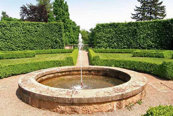 Klasické fontány v geometrických zahradách vynikají svojí jednoduchostí. Voda může dosahovat různé intenzity proudu, vnitřek fontány může být vybaven nejrůznějšími barevnými sklíčky a esencemi.