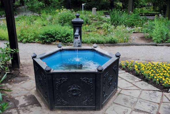Mezi fontány lze zařadit i takzvaná zahradní pítka. Přitažlivost jim dodávají historické repliky. Obyčejně rozdělujeme fontány na statické a dynamické, na různé varianty zahradních jezírek, na plovoucí, keramické a kamenné fontány, dále na nejrůznější kašny a pítka a na moderní vodní prvky typu divoká řeka či hudební fontány, vodní a světelná show.