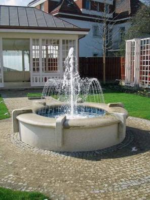 Fontány jsou skvělým prostředkem pro zútulnění jakéhokoli prostoru. Budovány jsou hlavně do exteriéru, ale své uplatnění najdou i v interiéru. Statické fontány vynikají svou univerzálností. Mohou se objevit jak na veřejných prostranstvích – náměstích, parcích, tak i v soukromých zahradách.