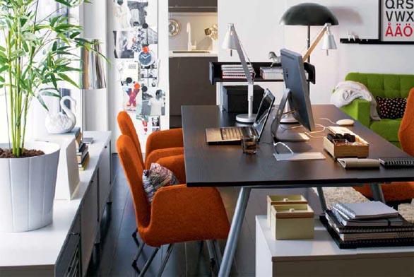 Stůl Galant (design Olle Lundberg), dřevotříska s fólií, ocelový rám a plast, rozměr 195 x 110 x 60/90 cm, vestavěný kabelový vodič, cena 6 290 Kč (IKEA).