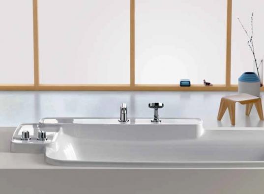 Vana Bouroullec (AXOR) má odkládací plochy, které jsou typické pro celou modelovou řadu Bouroullec, materiál akrylát, cena 83 160 Kč, HANSGROHE.
