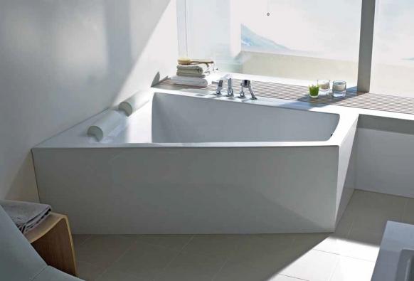 Akrylátová vana Paiova (DURAVIT) v monolitickém bezespárovém provedení a lichoběžníkového tvaru, který umožňuje koupel ve dvou, cena (podle vybavení) od 54 852 Kč, DURAVIT.