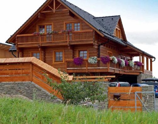 Dřevěná novostavba se nachází v podhůří Valašska v obci s necelou tisícovkou obyvatel a s krásným výhledem do okolní kopcovité krajiny.