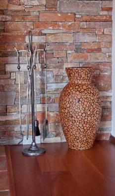 Vázu pokrytou po celém obvodě malými dřevěnými penízky z přírodních řezaných větví prodává např. www.atrium.cz za 1 490 Kč.
