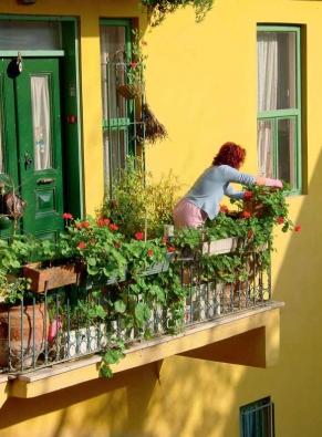 V malých bytech se balkony většinou stávají místem, kam se ukládají věci, na které není v interiéru místo.