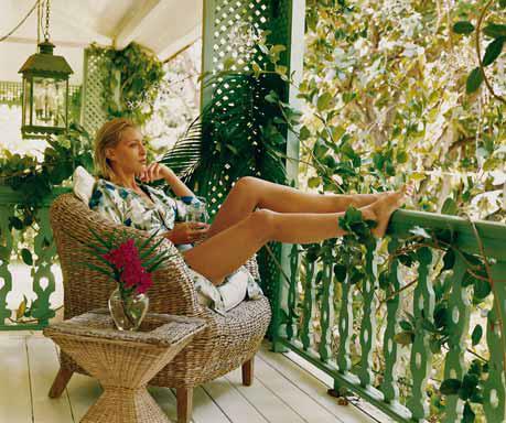 Balkon jako ideální místo pro relaxaci: nechybí tu zeleň, ale zároveň nevyžaduje přílišnou péči majitelů (jako na snímku vlevo).