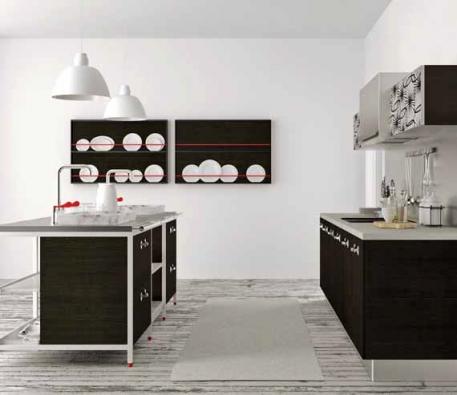 Kuchyň z kolekce Menu (BONTEMPI) sestavená z bloků. Dvířka lamino Accacia, horní skříňky v nerezovém rámečku s textilním potiskem, ostrůvek v bílé metalické barvě s polyetylenovými policemi, pracovní deska strukturované lamino s vsazenými mramorovými dřezy, cena včetně pracovní desky, dřezů i spotřebičů 382 420 Kč, DESIGNO STUDIO.