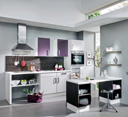 Kuchyňský blok Start Up Senso/Speed (VONDERSTEDT) určený pro singl domácnosti s možností rozšíření, širokým výběrem dekorů a nastavitelnou výškou soklů. Cena včetně čtyřdílného setu spotřebičů 33 990 Kč, KIKA.