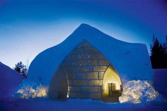 Sníh se pomocí sněhových děl plní do železných forem, v nichž se nechá postupně zamrzat.