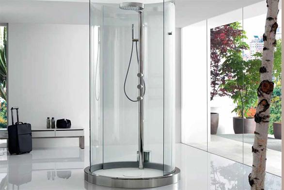 Sprchová kabina Transtube (ROCA) má speciální automatické otvírání dveří pomocí senzoru, cena s výbavou (nerezový sprchový panel s integrovanou termostatickou baterií, ruční sprcha, hlavová sprcha, vanička z materiálu Styltech) 303 850 Kč, LAUFEN BATHROOM.