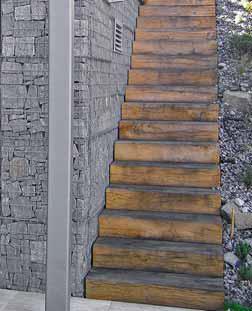 Krásu kamene v ocelové konstrukci umocňují dřevěné prvky.