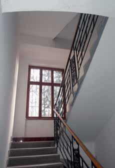 Zábradlí na vnitřním schodišti nedopadlo tak špatně jako to balkonové, ale drobné sanační zásahy zejména na povrchu přesto potřebuje.