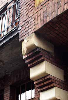 Náročný restaurátorský zásah čeká poškozené pískovcové krakorce i poničené fasádní cihly.