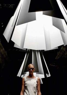 Svítidlo Metronome se stínidlem z nastavitelných lamel v různém barevném provedení je samo o sobě dekorativní, večer vykouzlí jedinečnou atmosféru. Pro společnost Delta Light navrhl Tim van Steenbergen (www.svitidla-deltalight.cz).