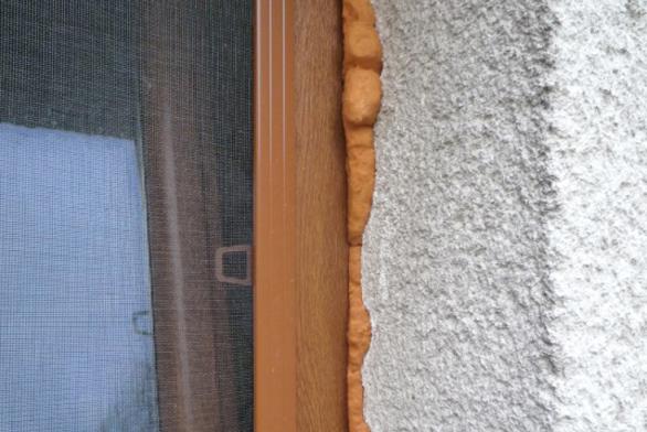 Kvalitní montáž oken stále není IN
