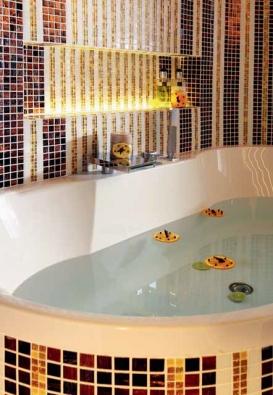 Styl koupelny určují luxusní materiály, smyslné barvy a vůně, řešení zvoucí k častému užíváni.