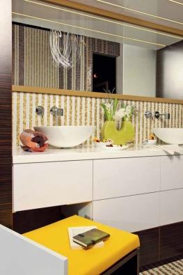 Z hlediska dispozice designérka rozčlenila prostor na oddělenou zónu s WC a sprchou, relaxační část s vanou pro dva a koupelnovou sestavu s úložným prostorem a deskou se dvěma umyvadly.