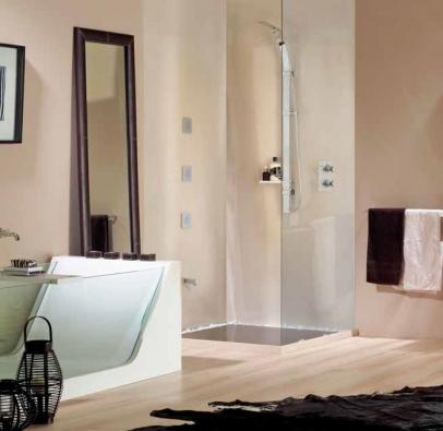 Subtilní sprchová tyč z kolekce Exedra (BOSSINI), cena 7 880 Kč, cena sprchové podmítkové baterie 11 760 Kč, IL BAGNO.