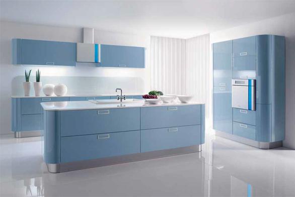 Neobvyklý design s oblými nárožími, lak s vysokým leskem a světle modrá barva řadí tuto kuchyň mezi výjimečné. Vynikne ve velkém světlém prostoru, je třeba jí přizpůsobit ostatní vybavení společné obývací části domu (kuchyňská linka Kira, Gorenje).
