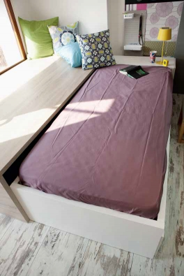 Součástí vysouvací postele je i přídavná zásuvka pro uložení další matrace a zásuvkový díl pro ukládání lůžkovin.