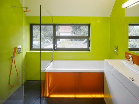 Koupelna samozřejmě zaujme vybavením, za zmínku však stojí hlavně napojení na důmyslné vodní hospodářství domu. Ke splachování WC se používá dešťovka, veškerá splašková voda se pak biologicky filtruje anachází uplatnění vzavlažování zahrady.