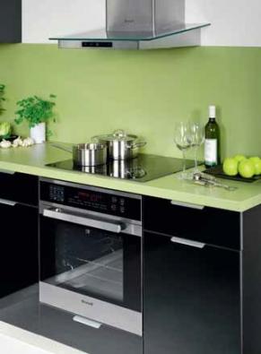 Moderním kuchyním jednoznačně vládnou hladká dvířka s jednoduchými úchytkami nebo bezúchytková. Černá barva je efektní a nadčasová, vyžaduje však citlivé použití a údržbu (linka Optima z programu Active, www.hanak-nabytek.cz).