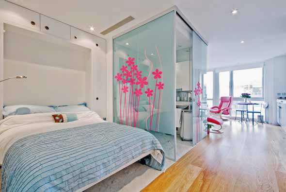Originální řešení prostoru interiéru v podobě skládací postele a skleněných prvků (GRAFOSKLO).