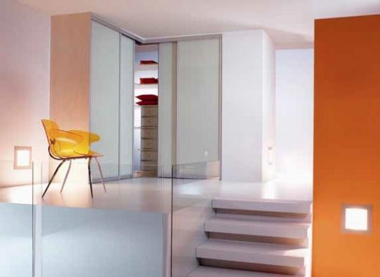 Rohové skříně jsou dalším krokem, jak co nejlépe využít místo a získat maximum úložných prostor (WOODFACE).