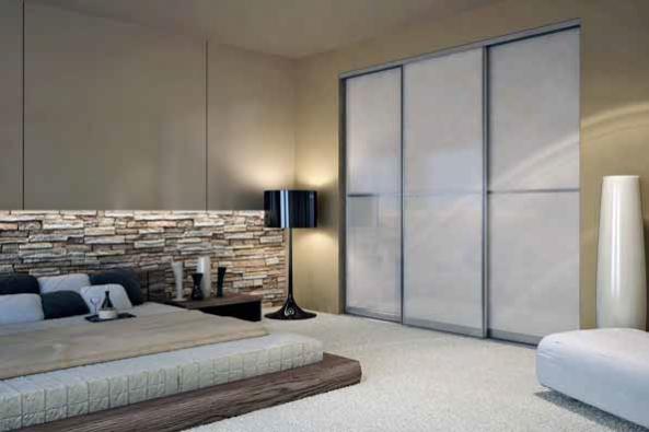 K elegantním a přitom cenově dostupným variantám patří dveře s hliníkovým rámem a lakovaným sklem (DELFI).